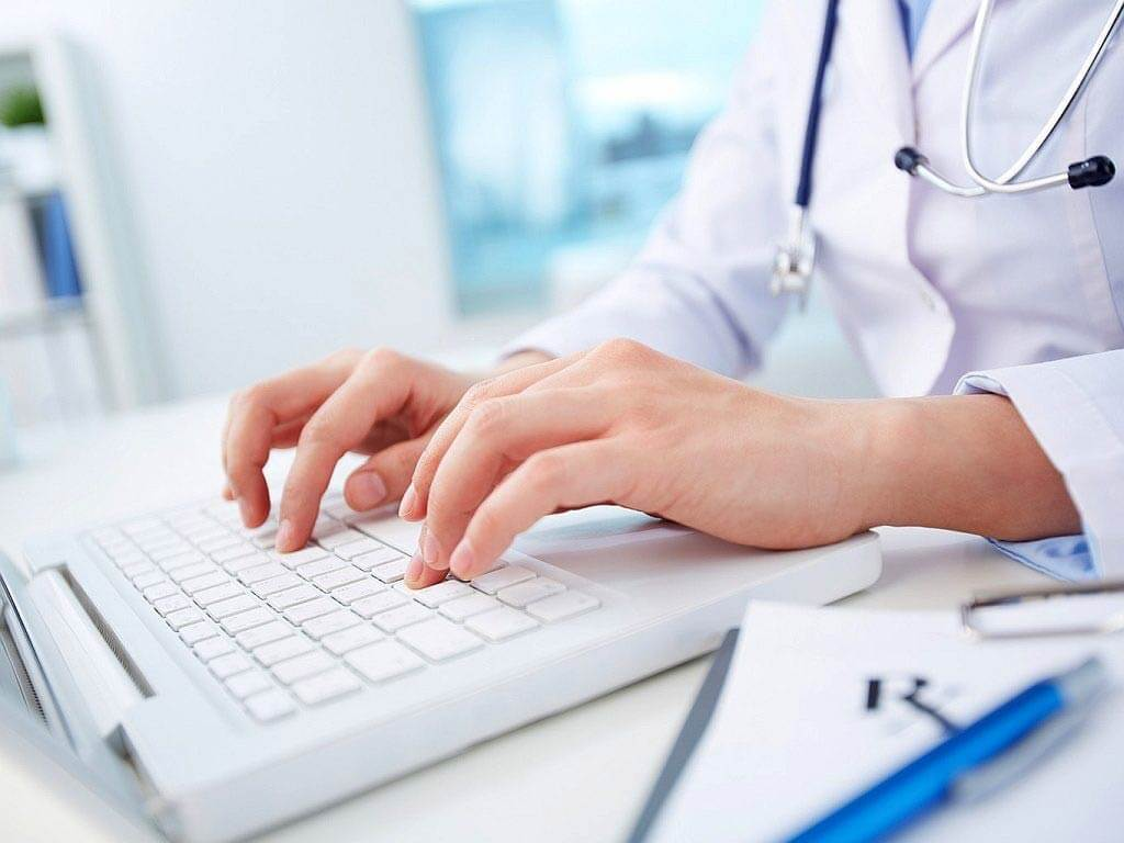 Доктор печатает на клавиатуре
