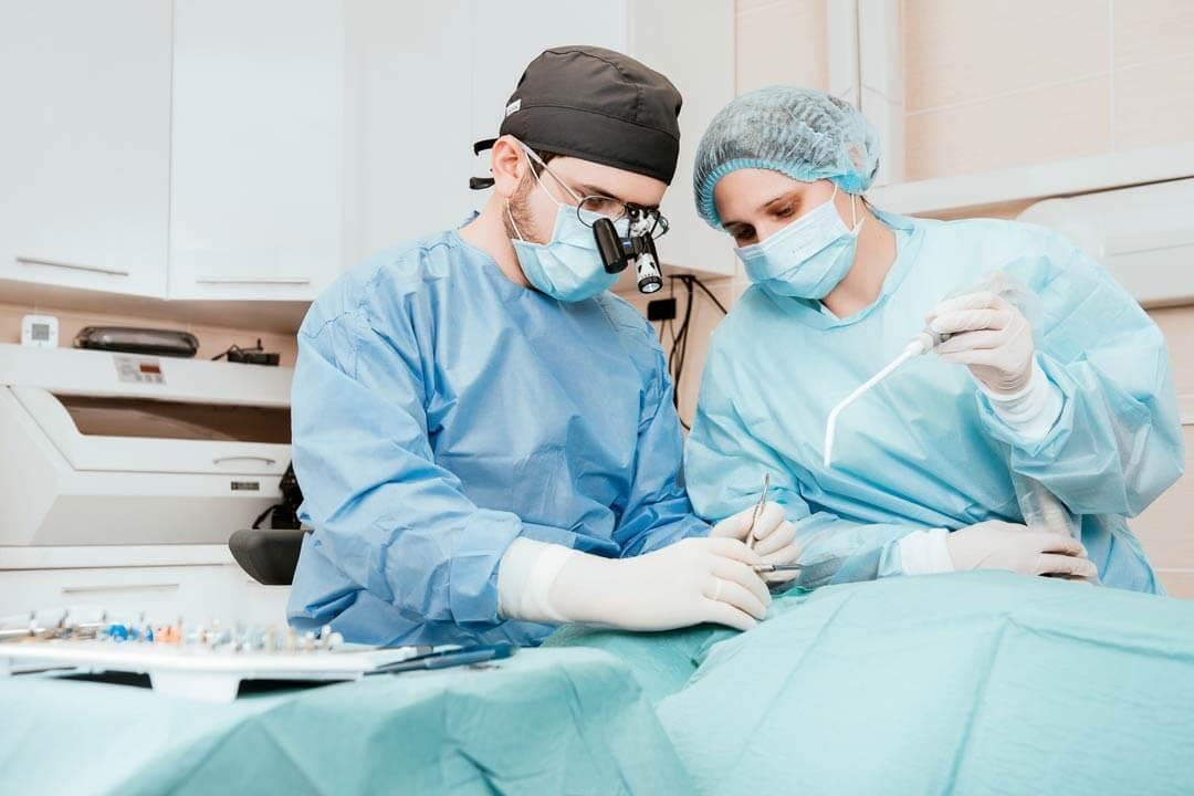Доктор проводит операцию