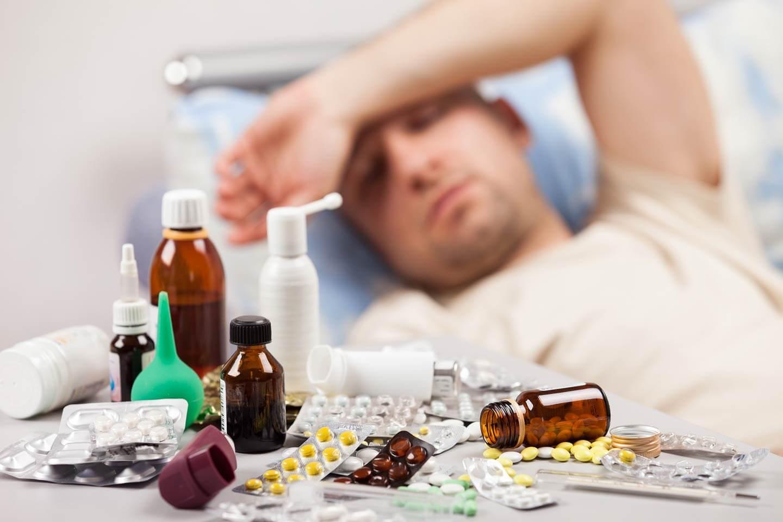 Лекарства на столике у больного
