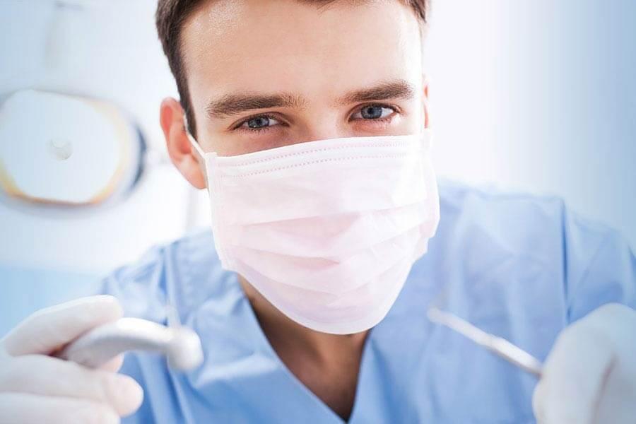 Стоматолог с инструментами
