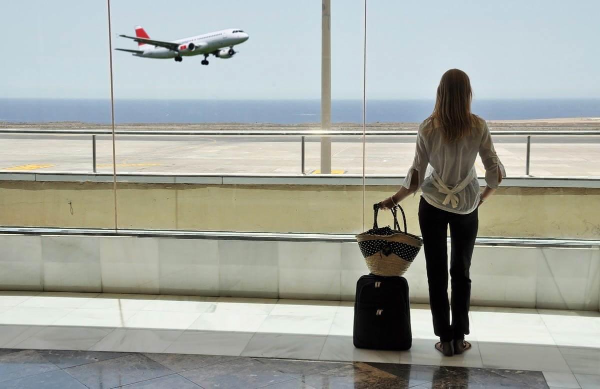 Женщина ждет в аэропорту