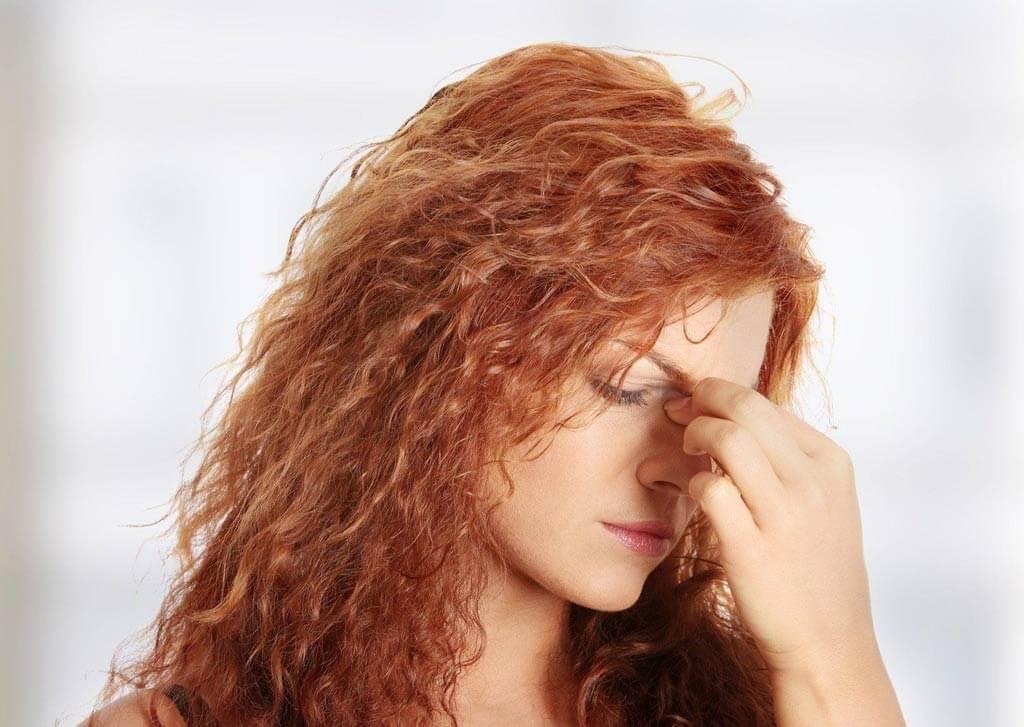 Болевые ощущения в верхней части носа у девушки
