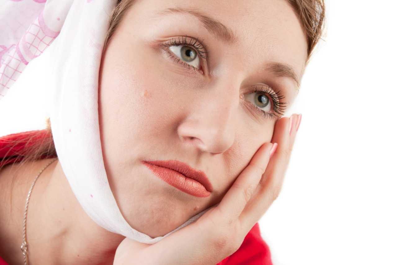Девушка с больным зубом