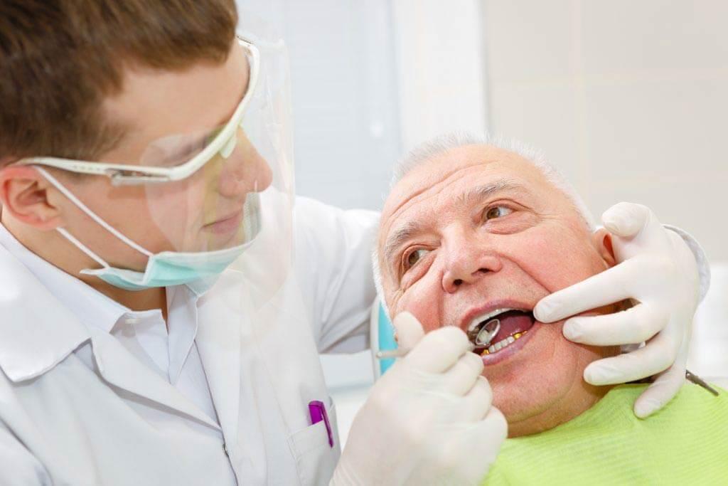 Доктор проводит процедуру пожилому пациенту