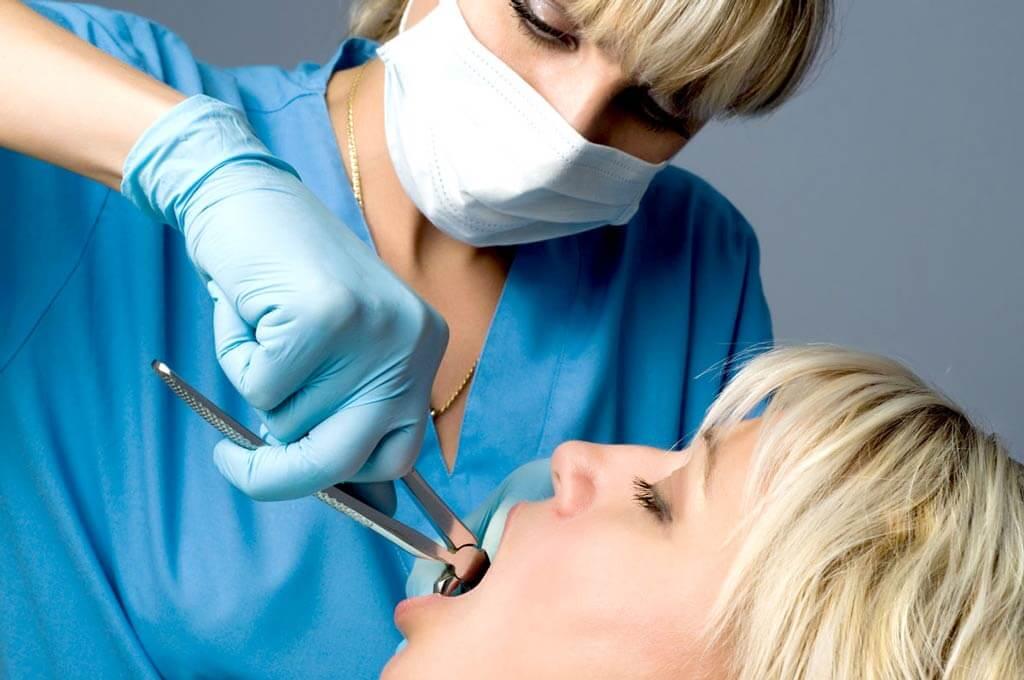 Доктор проводит процедуру щипцами