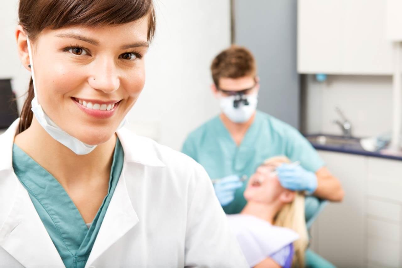 Пациенту проводят стоматологическую процедуру
