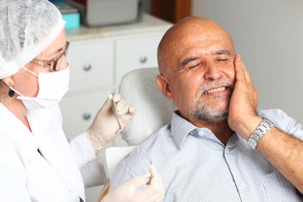 Зубная боль у пожилого человека