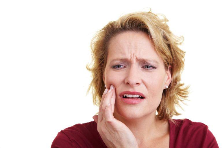 Боль в верхней челюсти у женщины