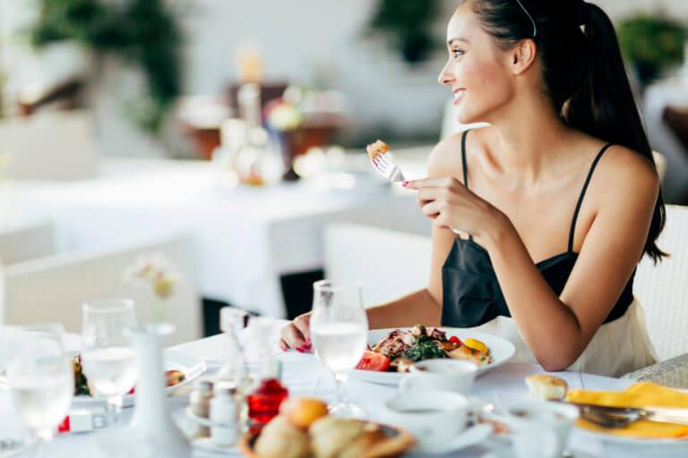 Девушка обедает в ресторане