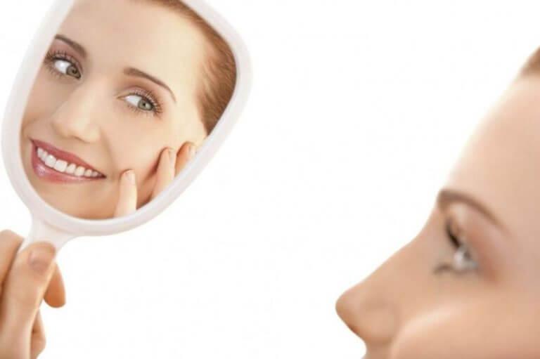 Девушка рассматривает себя в зеркале