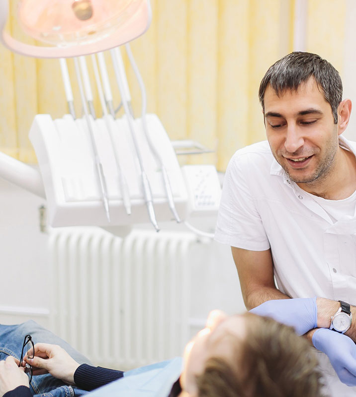 Доктор и пациент в стоматологическом кабинете