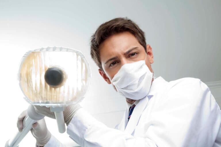 Доктор направляет стоматологический светильник