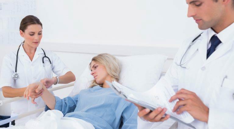 Медсестра меряет пульс у пациентки