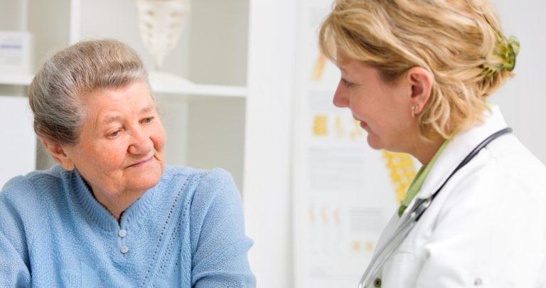 Пожилая женщина на консультации у стоматолога