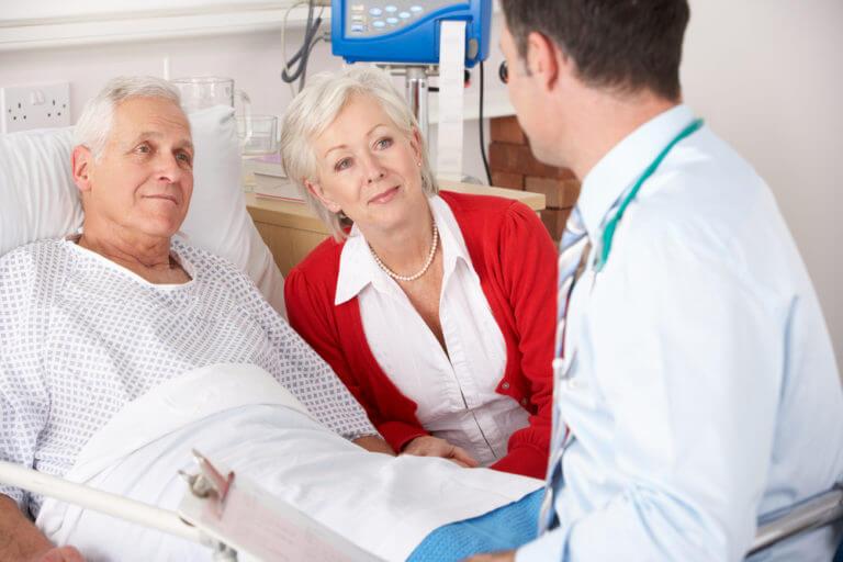 Пожилой пациент слушает врача
