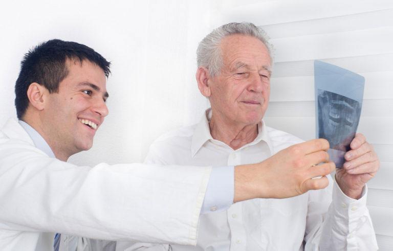 Рассмотрение рентгена пациента