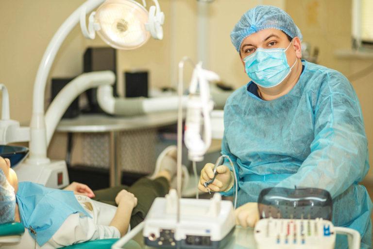 Стоматолог готовится к проведению операции