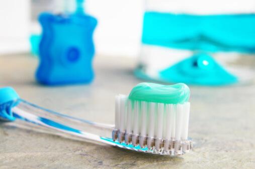 Зубная паста на зубной щетке